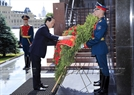 As part of his official visit to Russia, on the morning of June 29, 2017 (local time), in Moscow, President Tran Dai Quang and the Vietnam High Delegation went to flourish flowers in the Unknown Soldier Memorial in Red Square and paid tribute to the Soviet leader Vladimir I. Lenin in his mausoleum in Moscow. Photo: Nhan Sang / VNA