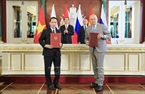 The Vietnam News Agency (VNA) and the Sputnik Information Agency, an arm of the Rossiya Segodnya International Information Agency (RSIIA), will exchange information in order to promote cooperation between Vietnam and Russia. An agreement to this effect was inked by VNA General Director Nguyen Duc Loi and RSIIA Director General Dmitry Kiselev on June 29 in the framework of President Tran Dai Quang's official visit to Russia. The agreement allows the two agencies, both are the largest of their kind in their respective countries, to access and use each other's text news on events occurring in territories of Vietnam, Russia and some other countries. In the photo: President Tran Dai Quang and President Putin witness the signing ceremony. Photo: Nhan Sang / VNA