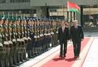 ປະທານາທິບໍດີ Alexander Lukashenko ແລະ ທ່ານ ເຈິ່ນດ້າຍກວາງ ປະທານປະເທດແຫ່ງສສ ຫວຽດນາມ ກວດແຖວກອງກຽດຕິຍົດ. ພາບ: ຍານຊ໋າງ/VNA