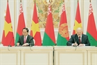 Vietnamese President Tran Dai Quang and Belarusian President Alexander Lukashenko signed the joint statement to develop all-around partnership. Photo: Nhan Sang / VNA