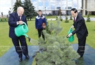 Vietnamese President Tran Dai Quang and Belarusian President Alexander Lukashenko plant a tree at the Independence Palace in Minsk. Nhan Sang / VNA