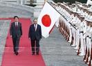 Во второй половине 6 июня 2017 г. в дворце Акасака в Токио, премьер-министр Японии Синдзо Абэ провел церемонию встречи премьер-министра Вьетнама Нгуен Суан Фука, находящегося в Японии с официальным визитом. Затем главы правительств двух стран провели переговоры. На фото: Премьер-министр Японии Синдзо Абэ и премьер-министр Вьетнама Нгуен Суан Фук принимают почетный караул во время торжественной встречи. Фото: Тхонг Нят/ВИА