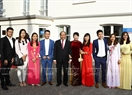 Prime Minister Nguyen Xuan Phuc had a talk with the Vietnamese Embassy staff and representatives of the Vietnamese community in the Netherlands on July 9. Photo: Thong Nhat / VNA