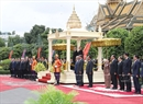 On the same day, an official welcome ceremony was held for the Vietnamese Party leader and the two sides held talks at the Royal Palace in Cambodia's capital city Phnom Penh. Photo: King Norodom Sihamoni welcomes Party General Secretary Nguyen Phu Trong. Photo: Tri Dung/VNA