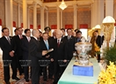 King Norodom Sihamoni and Party General Secretary Nguyen Phu Trong introduce and exchange gifts. Photo: Tri Dung