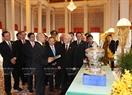 Tổng Bí thư Nguyễn Phú Trọng và Quốc vương Campuchia Norodom Sihamoni giới thiệu và trao đổi tặng phẩm. Ảnh: Trí Dũng / TTXVN
