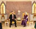 Tại Cung Kantha Bopha ở Thủ đô Phnom Penh, Tổng Bí thư Nguyễn Phú Trọng đến dâng hoa tại Tượng đài Norodom Sihanouk và thăm Hoàng Thái hậu Norodom Monineath Sihanouk. Ảnh: Trí Dũng / TTXVN