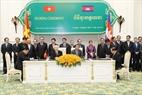 Tổng Bí thư Nguyễn Phú Trọng và Thủ tướng Chính phủ Hoàng gia Campuchia Samdech Hun Sen chứng kiến Lễ ký Thỏa thuận giữa Chính phủ nước Cộng hòa Xã hội chủ nghĩa Việt Nam và Chính phủ Hoàng gia Campuchia về kết nối hai nền kinh tế Việt Nam - Campuchia. Ảnh: Trí Dũng / TTXVN