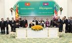 Tổng Bí thư Nguyễn Phú Trọng và Thủ tướng Chính phủ Hoàng gia Campuchia Samdech Hun Sen chứng kiến Lễ ký Tuyên bố chung về tăng cường quan hệ hữu nghị, hợp tác Việt Nam - Campuchia. Ảnh: Trí Dũng / TTXVN