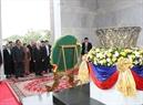 Tại Thủ đô Phnom Penh, Tổng Bí thư Nguyễn Phú Trọng đến dâng hoa tại Đài Độc lập. Ảnh: Trí Dũng / TTXVN