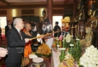 Tổng Bí thư Nguyễn Phú Trọng dâng hương tại chính điện Chùa Unalom ở Thủ đô Phnom Penh. Ảnh: Trí Dũng / TTXVN