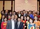 2017年7月5日の夜、ベルリンで、在ドイツベトナム大使館の幹部たちと会見するグエン・スアン・フック首相。撮影:トン・ヌアットーベトナム通信社