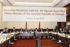 2017年7月6日、ベルリンで、ドイツにおける大きな会社の代理と会見するグエン・スアン・フック首相。撮影:トン・ヌアットーベトナム通信社