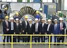 Prime Minister Nguyen Xuan Phuc visits a Siemens gas turbine factory. Photo: Thong Nhat / VNA