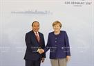 2017年7月6日の午後、ハンブルクで、グエン・スアン・フック首相はアンゲラ・メルケル首相と会談した。写真説明:グエン・スアン・フック首相を歓迎するアンゲラ・メルケル首相。撮影:トン・ヌアットーベトナム通信社