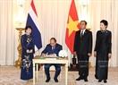 Премьер-министр Нгуен Суан Фук оставляет памятную запись в золотой книге почётных гостей. Фото: Тхонг Нят - ВИА