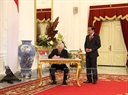 Party General Secretary Nguyen Phu Trong signs the commemorative book at the Presidential Palace. Photo: Tri Dung/VNA