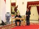 Tổng Bí thư Nguyễn Phú Trọng ký sổ lưu niệm tại Phủ Tổng thống. Ảnh: Trí Dũng/TTXVN