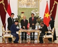The two leaders witness the signing of the Letter of Intention on promoting cooperation between the  two countries' coast guard forces. Photo: Tri Dung/VNA