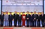 Во второй половине дня того же дня в Токио премьер-министр Нгуен Суан Фук принял участие во форуме по поощрению инвестиций во Вьетнам, организованном Японской организацией по развитию внешней торговли (ДЖЕТРО), министерством планирования и инвестиций Вьетнама  и посольством Вьетнама в Японии. Фото: Тхонг Нят/ВИА