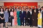 2018年10月8日の午後、在日本ベトナム大使館の幹部たち、日本に住むベトナム人たちと交流するグエン・スアン・フック首相。撮影:トン・ニャットーベトナム通信社