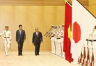 Prime Minister Nguyen Xuan Phuc paid a visit to Japan and attended the 10th Mekong-Japan Summit in Tokyo from October 8-10. Japanese Prime Minister Shinzo Abe received and held talks with the Vietnamese Prime Minister on October 8. In the photo: The two leaders review the honor guard at the welcoming ceremony. Photo: Thong Nhat/VNA