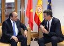 Al margen de la XII Cumbre de la ASEM en Bruselas, el 18 de octubre  de 2018, el primer ministro Nguyen Xuan Phuc, sostuvo encuentros bilaterales con los líderes de los países participantes en el evento. En la foto: El Premier vietnamita se reúne con el presidente de España, Pedro Sánchez. Foto: Thong Nhat - VNA