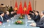 El primer ministro Nguyen Xuan Phuc se reunió con el primer ministro de China, Li Keqiang. Foto: Thong Nhat - VNA