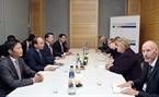 El primer ministro Nguyen Xuan Phuc se reunió con la primera ministra de Noruega, Erna Solberg. Foto: Thong Nhat - VNA
