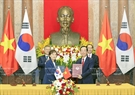 The two Presidents witness the signing ceremony of a memorandum of understanding on Vietnam-South Korea cooperation in urban construction and development between the Ministry of Construction of Vietnam and the Ministry of Land, Infrastructure and Transport of the Republic of Korea. Photo: Nhan Sang / VNA