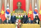 They also witness the signing of a MoU on the action programme on trade cooperation for 2018-2020, and another on cooperation in supporting industry. Photo: Nhan Sang / VNA