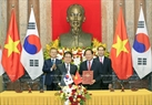 The two leaders witness the signing of a MoU on cooperation in the context of the Fourth Industrial Revolution between Vietnam's Ministry of Information and Communication and RoK Ministry of Science and ICT. Photo: Nhan Sang / VNA