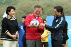 On March 22, President Moon Jae-in and his wife visited the Vietnam Young Football Player Training Centre in Hanoi. In the photo: Deputy Prime Minister Vu Duc Dam presents President Moon Jae-in a ball with the signatures of the players of Vietnam's U23 squad. Photo: Quoc Khanh / VNA
