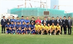 President Moon Jae-in, his wife and Deputy Prime Minister Vu Duc Dam pose for a photo with officials of the Vietnam Football Federation and the coaching board and players of the U23 team. Photo: Quoc Khanh / VNA