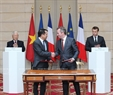 Party General Secretary Nguyen Phu Trong and French President Emmanuel Macron witnessed the signing of cooperation documents at the Élysée Palace. In the photo: The signing ceremony of a statement on cooperation between the Vietnamese Ministry of Education and Training and the French Ministry of Foreign and European Affairs. Photo: Tri Dung / VNA