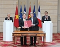 The signing ceremony of a MoU between Vietnam's T&T Group and Bouygues Group of France on investment cooperation in an urban railway project.  Photo: Tri Dung / VNA