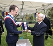The Party chief presents a gift to Mayor of Montreuil city Patrice Bessac. Photo: Tri Dung / VNA