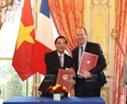 On March 26, the Vietnamese Party General Secretary and the President of the French National Assembly witnessed the signing of cooperation documents between Vietnam and France. In the photo: The signing of a letter of intention (LoI) on space technology between the Vietnamese Ministry of Science and Technology and France's Airbus Defence and Space. Photo: Tri Dung / VNA
