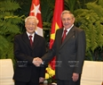 At the invitation of the First Secretary of the Central Committee of the Communist Party and President of Cuba Raul Castro Ruz, Party General Secretary Nguyen Phu Trong led a Vietnamese high ranking delegation to pay a State visit to Cuba. The welcoming ceremony for the Vietnamese leader were held in Havana on March 29. In the photo: President of Cuba Raul Castro Ruz receives Party General Secretary Nguyen Phu Trong. Photo: Tri Dung/VNA