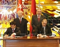 Party General Secretary Nguyen Phu Trong and First Secretary of the Central Committee of the Communist Party and President of Cuba Raul Castro Ruz witness the signing ceremony of a cooperation agreement between Vietnam News Agency and Prensa Latina News Agency. Photo: Tri Dung/VNA
