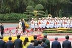 Từ ngày 19 - 20/4/2018, Cố vấn Nhà nước, Bộ trưởng Ngoại giao và Bộ trưởng Văn phòng Tổng thống nước Cộng hòa Liên bang Myanmar, bà Aung San Suu Kyi thăm chính thức Việt Nam theo lời mời của Thủ tướng Chính phủ Nguyễn Xuân Phúc. Lễ đón và hội đàm được tổ chức trọng thể tại Hà Nội, chiều 19/4. Ảnh: Thống Nhất / TTXVN