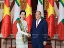 ທ່ານ ນາຍົກລັດຖະມົນຕີ ຫງວຽນຊວນຟຸກ ແລະ ທ່ານນາງ San Suu Kyi ທີ່ປຶກສາແຫ່ງລັດ, ລັດຖະມົນຕີ ກະຊວງ ການຕ່າງປະເທດ, ລັດຖະມົນຕີຫ້ອງວ່າການ ປະທານາທິບໍດີ ມຽນມາ ກ່ອນການພົບປະເຈລະຈາ ທີ່ສຳນັກງານລັດຖະບານ ໃນຕອນບ່າຍ ວັນທີ 19 ເມສາ. ພາບ: ຖົ໋ງເຍິດ/VNA