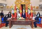 Thủ tướng Nguyễn Xuân Phúc và Cố vấn Nhà nước, Bộ trưởng Ngoại giao và Bộ trưởng Văn phòng Tổng thống Myanmar Aung San Suu Kyi chứng kiến lễ ký các văn kiện hợp tác giữa hai nước. Ảnh: Thống Nhất / TTXVN