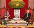 ຕອນບ່າຍ ວັນທີ 20 ເມສາ 2018, ທີ່ສຳນັກງານສູນກາງພັກ, ທ່ານ ຫງວຽນຟຸຈ້ອງ ເລຂາທິການໃຫຍ່ ຄະນະບໍລິຫານງານ ສູນກາງພັກກອມມູນິດ ຫວຽດນາມ ໄດ້ຕ້ອນຮັບ ທ່ານນາງ San Suu Kyi ທີ່ປຶກສາແຫ່ງລັດ, ລັດຖະມົນຕີ ກະຊວງ ການຕ່າງປະເທດ, ລັດຖະມົນຕີ ຫ້ອງວ່າການ ປະທານາທິບໍດີ ມຽນມາ ເນື່ອງໃນໂອກາດ ມາຢ້ຽມຢາມ ປະເທດ ສສ ຫວຽດນາມ ຢ່າງເປັນທາງການ. ພາບ: ຈີ້ຢຸງ/VNA
