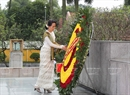 Myanmar State Counsellor Aung San Suu Kyi laid flowers at Vietnamese martyrs' monument in Hanoi on April 19. Photo: Duong Giang/VNA