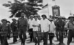 ៤៥ ឆ្នាំមុន លោក  អគ្គមគ្គុទេសបដិវត្តន៍ Fidel Castro បានមកទស្សនាតំបន់រំដោះ ក្វាងទ្រី (Quang Tri) ទោះបីជាស្ថានភាពនៅតែបង្កប់ភាពលំបាក និងគ្រោះថ្នាក់ជាច្រើន។ ក្នុងរូបថត៖ លោក នាយករដ្ឋមន្ត្រី ផាម វ៉ាន់ដុង (Pham Van Dong) និងសមមិត្ត Fidel Castro លេខាទី ១ គណៈកម្មការមជ្ឈិមបក្សកុម្មុនិស្តគុយបា និងជានាយករដ្ឋមន្ត្រីរដ្ឋភិបាលបដិវត្តន៍គុយបា អញ្ជើញមកទស្សនាទីរួមស្រុក ដុងហា (Dong Ha) ខេត្ត ក្វាងទ្រី (Quang Tri) ធ្លាប់បានបំផិចបំផ្លាញ ដោយសង្គ្រាម ដែលកំពុងកសាងឡើងវិញ (ខែកញ្ញា ឆ្នាំ១៩៧៣)។ រូបថត៖ ទីភ្នាក់ងារសារព័ត៌មានវៀតណាម