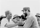 លោក នាយករដ្ឋមន្ត្រី ផាម វ៉ាន់ដុង (Pham Van Dong) និងសមមិត្ត Fidel Castro លេខាទី ១ គណៈកម្មការមជ្ឈិមបក្សកុម្មុនិស្តគុយបា និងជានាយករដ្ឋមន្ត្រីរដ្ឋាភិបាលបដិវត្តន៍គុយបា ក្នុងពិធីមិទ្ទីងរបស់ប្រជាជនខេត្ត ក្វាងទ្រី (Quang Tri) (ខែកញ្ញា ឆ្នាំ១៩៧៣)។ រូបថត៖ ទីភ្នាក់ងារសារព័ត៌មានវៀតណាម