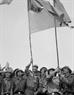 សមមិត្ត Fidel Castro លេខាទី ១ គណៈកម្មការមជ្ឈិមបក្សកុម្មុនិស្តគុយបា និងជានាយករដ្ឋមន្ត្រីរដ្ឋាភិបាលបដិវត្តន៍គុយបា កាន់ទង់ប្រពៃណីរបស់ក្រុមកងទ័ព ខែសាញ (Khe Sanh) ចំណុះកងទ័ពរំដោះទ្រីធៀន -  ហ្វេ  (Tri Thien - Hue)(ខេត្តក្វាងទ្រី (Quang Tri) នាថ្ងៃទី ១៥ ខែកញ្ញា ឆ្នាំ១៩៧៣)។ រូបថត៖ ទីភ្នាក់ងារសារព័ត៌មានវៀតណាម