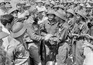 ក្រុមកងទ័ព ខែសាញ (Khe Sanh) កងទ័ពរំដោះទ្រីធៀន -  ហ្វេ  (Tri Thien - Hue) (ខេត្តក្វាងទ្រី (Quang Tri) ទទួលស្វាគមន៍យ៉ាងកក់ក្តៅ សមមិត្ត Fidel Castro លេខាទី ១ គណៈកម្មការមជ្ឈិមបក្សកុម្មុនិស្តគុយបា និងជានាយករដ្ឋមន្ត្រីរដ្ឋាភិបាលបដិវត្តន៍គុយបា មកទស្សនាតំបន់តំដោះភាគខាងត្បូងនៃប្រទេសវៀតណាម (នាថ្ងៃទី១៥ ខែកញ្ញា ឆ្នាំ១៩៧៣) ។ រូបថត៖ ទីភ្នាក់ងារសារព័ត៌មានវៀតណាម