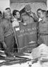 សមមិត្ត Fidel Castro លេខាទី ១ នៃគណៈកម្មការមជ្ឈិមបក្សកុម្មុនិស្តគុយបា និងជានាយករដ្ឋមន្ត្រីរដ្ឋាភិបាលបដិវត្តន៍គុយបា ទទួលវត្ថុអនុស្សាវរីយ៍ ពីគណៈកម្មការប្រជាជនបដិវត្តន៍ ខេត្តក្វាងទ្រី (Quang Tri) (ខែកញ្ញា ឆ្នាំ១៩៧៣)។ រូបថត៖ ទីភ្នាក់ងារសារព័ត៌មានវៀតណាម